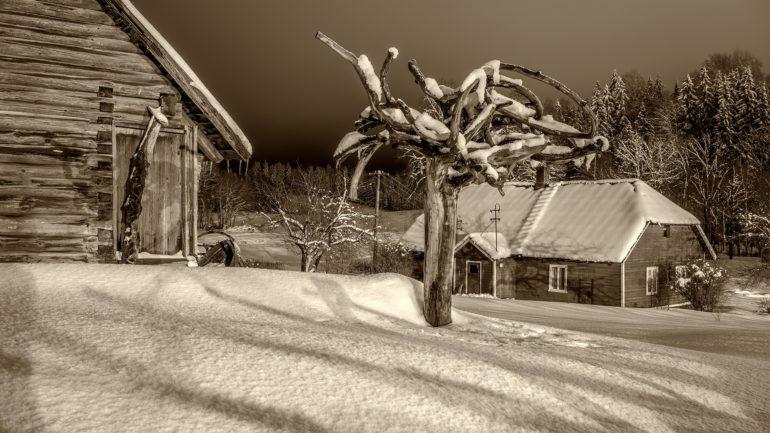 Talumajad talvisel õhtul