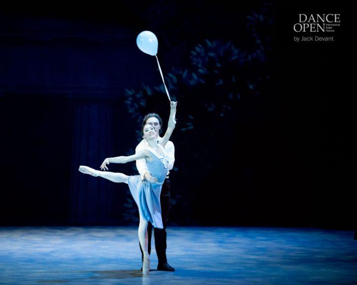 Kaks tantsijat laval õhupalliga