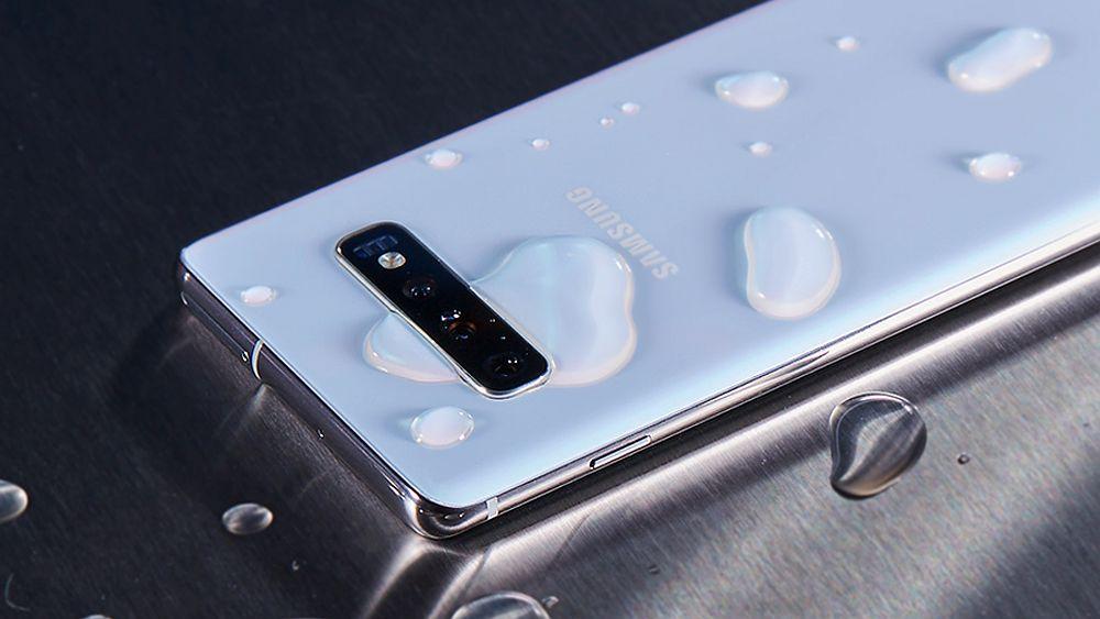 Kolm õhukest nutitelefoni, mis on ühtlasi vee- ja tolmukindlad